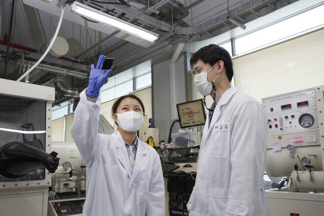 '네이처' 논문 공동 제1저자인 김민진 에너지연 연구원(왼쪽)과 서종득 울산과기원 연구원이 의견을 나누고 있다. 울산과기원 제공