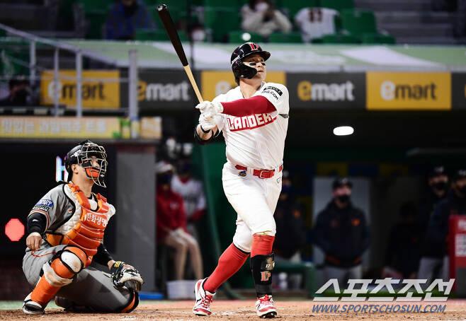 힘찬 타격으로 홈런을 날리고 있는 추신수.