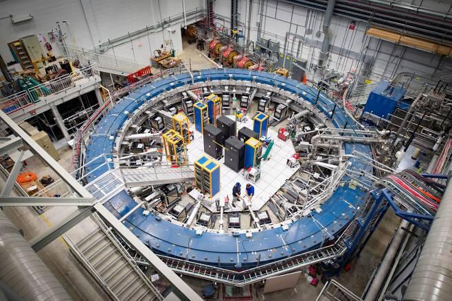 미국 페르미 국립가속기연구소의 뮤온 g-2 실험 장치. 내부는 섭씨 영하 267도로 유지된다. 이곳에서 물리학의 표준모형과 어긋나는 결과가 나와 물리학계가 떠들썩하다./페르미연구소