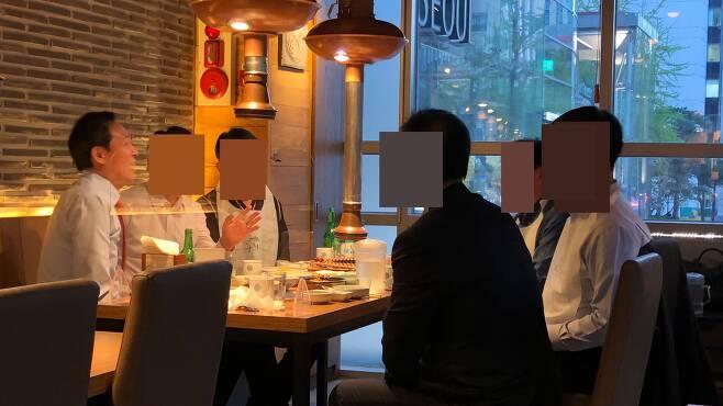 더불어민주당 우상호 의원이 8일 저녁 서울 중구의 한 식당에서 일행 5명과 함께 식사하는 모습. /독자제공