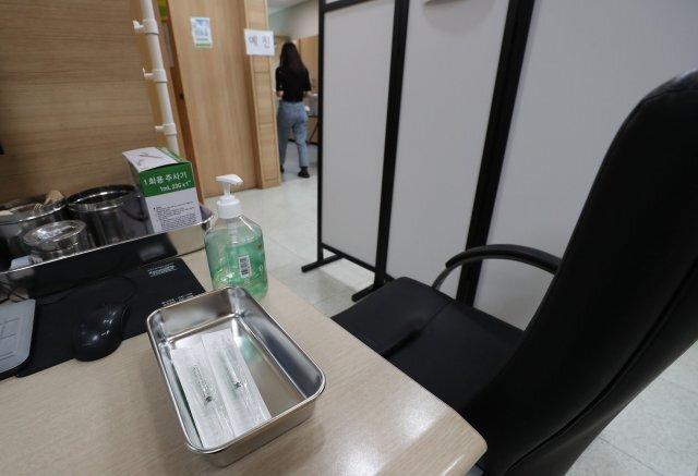 정부는 8일 예정된 보건교사와 특수학교 종사자에 대한 아스트라제네카 백신 접종을 보류했다. 서울의 한 보건소에서 예정된 백신접종이 연기되자 한산한 모습이다.