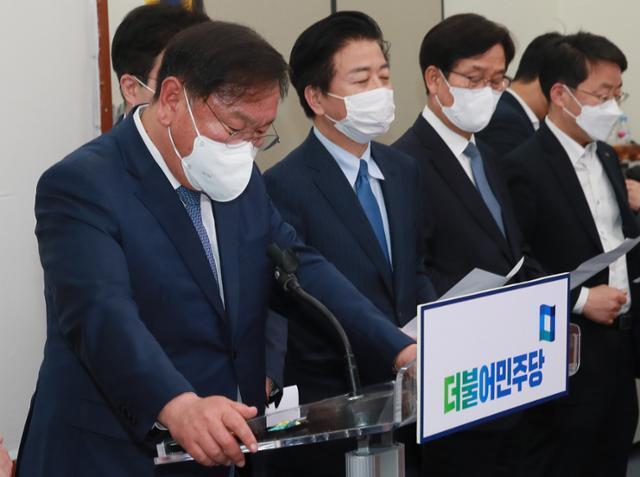 김태년(왼쪽) 대표 직무대행 등 더불어민주당 지도부가 8일 오후 국회에서 4·7 재·보궐선거 패배에 대한 입장 발표 준비를 하며 굳은 표정을 보이고 있다. 오대근 기자