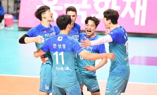 우리카드 선수들이 7일 서울 장충체육관에서 열린 프로배구 V-리그 남자부 플레이오프 2차전에서 OK금융그룹에 승리한 뒤 환호하고 있다. 우리카드는 이날 승리로 창단 첫 챔피언결정전 진출을 확정했다. 한국배구연맹 제공