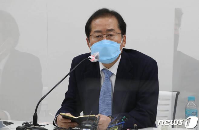 (서울=뉴스1) 국회사진취재단 = 홍준표 무소속 의원이 지난달 18일 서울 마포구 마포포럼에서 열린 '더좋은 세상으로' 세미나에 참석해 발언하고 있다. 2021.3.18/뉴스1