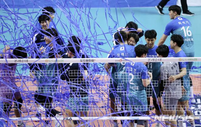 [서울=뉴시스]최진석 기자 = 7일 오후 서울 중구 장충체육관에서 열린 2020-2021 V리그 남자부 플레이오프 2차전 우리카드 위비와 OK금융그룹 읏맨의 경기에서 세트스코어 3대1로 승리를 거두며 챔프전에 진출한 우리카드 선수들이 기뻐하고 있다. 2021.04.07. myjs@newsis.com