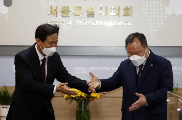 오세훈 서울시장이 8일 오전 서울시의회를 방문해 김인호 서울시의회 의장(오른쪽)을 만나고 있다. 뉴시스