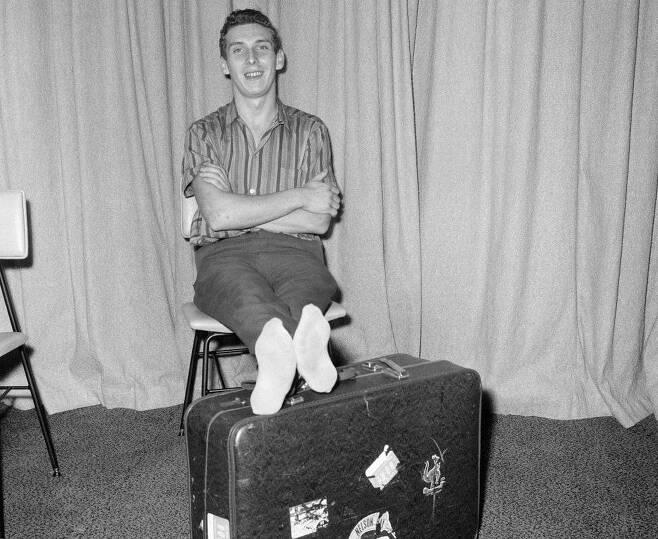나무상자 안에 들어가 버티면 영국 런던으로 곧바로 귀국할 줄 알았던 영국의 19세 청년 브라이언 롭슨은 미국 로스앤젤레스 공항에서 적발돼 꽁꽁 얼어붙은 몸으로 병원에 옮겨졌다. 얼마 뒤 몸을 제대로 움직일 수 있게 된 그가 고난의 여정을 함께 한 여행가방 위에 다리를 걸친 채 여유를 부리고 있다.게티이미지 자료사진