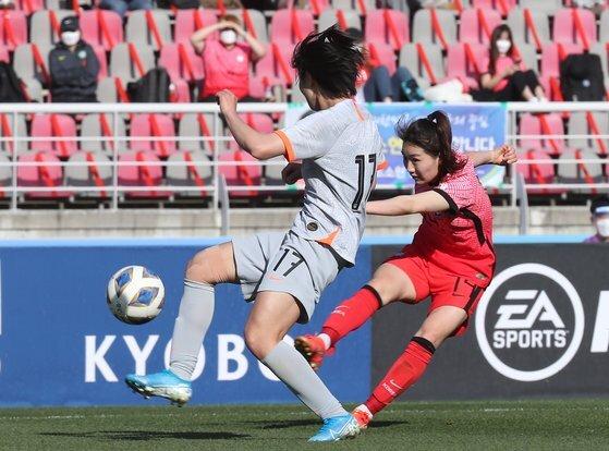 한국 강채림(오른쪽)이 중국 선수를 앞에두고 강력한 슈팅으로 동점골을 넣고 있다. [뉴스1]