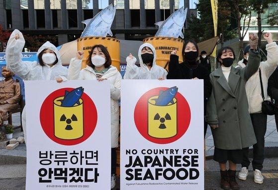 지난해 11월 시민방사능감시센터, 환경운동연합 등 시민단체 회원들이 서울 종로구 옛 일본대사관 앞에서 오염수 해양 방류에 반대하는 캠페인을 벌이는 모습. [연합뉴스]