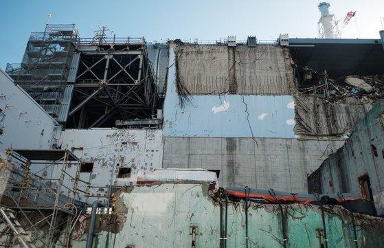 2011년 동일본 대지진 당시 폭발 사고로 외벽이 떨어져 나간 후쿠시마제1원전의 모습. [중앙포토]