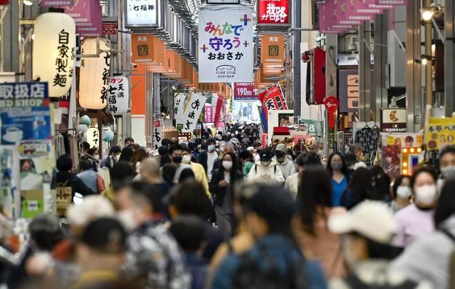 코로나 재확산하는 일본…오사카 모습 (오사카 교도=연합뉴스) 일본의 신종 코로나바이러스 감염증(코로나19) 확진자가 다시 빠르게 증가하는 가운데 지난 7일 오후 일본 오사카부(大阪府) 오사카시의 상점가에서 마스크를 쓴 사람들이 이동하고 있다. 2021.4.7