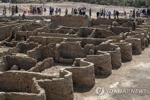 이집트 발굴팀이 남부 룩소르 서안에서 발굴한 3천400년 전 도시 유적지 전경 [AFP=연합뉴스]