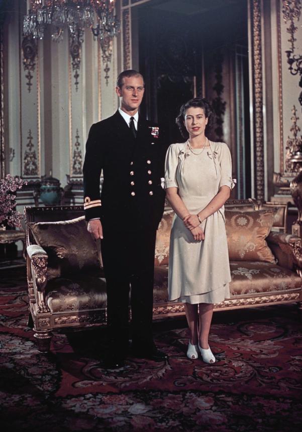 약혼식을 올렸던 1947년 그해에 필립공(왼쪽)과 엘리자베스 2세 여왕./AP연합뉴스