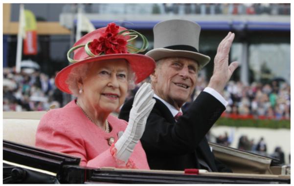 2011년 여성의 날에 마차 뒷좌석에 타고 있는 엘리자베스 2세 여왕(왼쪽)과 필립공./AP연합뉴스