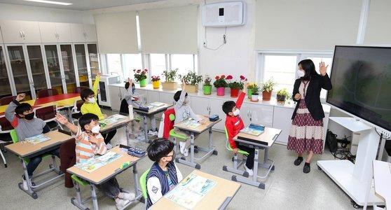 지난 8일 전남 화순 천태초등학교 학생들이 교실에서 수업을 받고 있다. 이 학교는 서울 학생 3명이 농촌유학을 와 생태·환경 체험 교육에 참여하고 있다. 프리랜서 장정필
