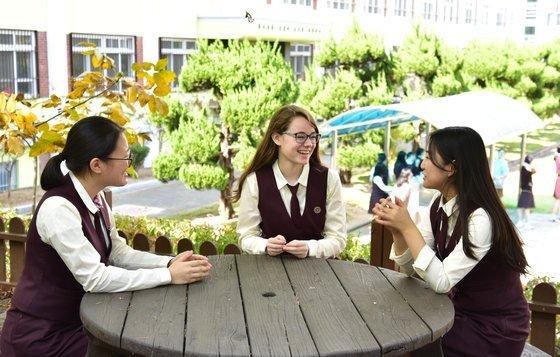 배서니(가운데)가 대구 성화여고 친구들과 이야기를 하고 있다. 사진 배서니 제공