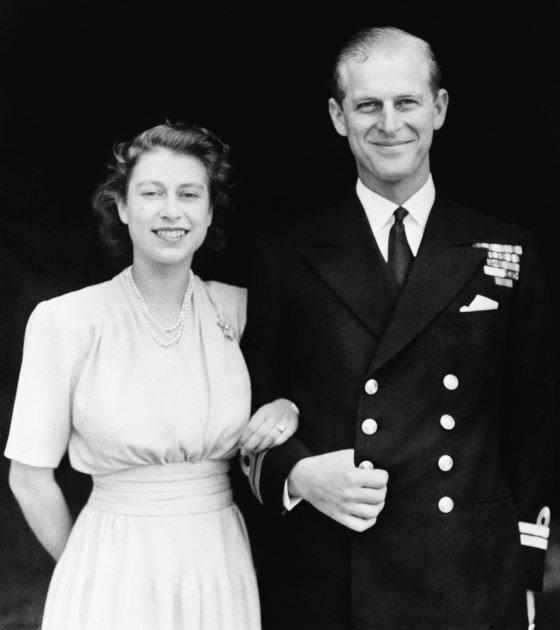 1947년 당시 공주였던 엘리자베스2세 여왕과 약혼한 필립공의 모습.[AP통신=연합뉴스]