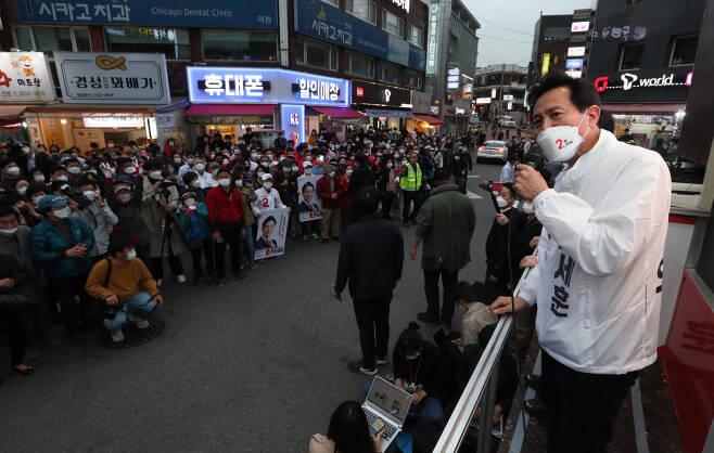 오세훈 서울시장이 양천구 목동 깨비시장 거리에서 유세하는 모습 [연합]