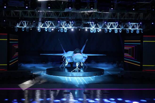 9일 경남 사천한국항공우주산업(KAI)에서 열린 한국형전투기 KF-21출고식에서 시제1호기가 공개되고 있다. 방위사업청 제공