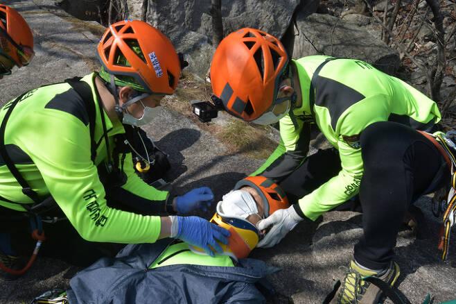 응급구조훈련에 나선 대원들이 부상자의 목에 보호대를 부착하고 있다.