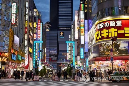 (도쿄 로이터=연합뉴스) 9일 오후 일본 도쿄도(東京都)의 유흥가인 가부키초(歌舞伎町)에서 행인들이 이동하고 있다.