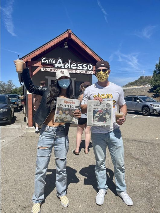 [사진] 머스그로브 가족이 운영하는 카페 아데쏘에서 인증샷을 찍고 있는 팬들. /Celine Deion Sanders 트위터 캡쳐