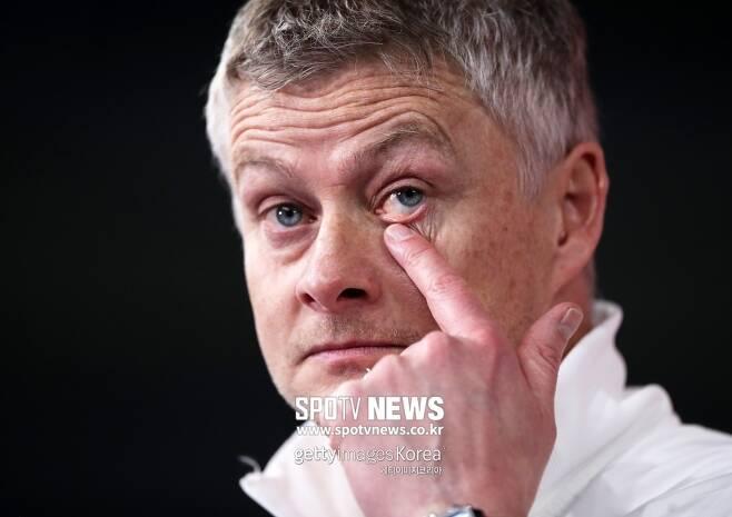 ▲ 파울 논란이 손흥민 인종차별까지 번지자, 현지 팬들은 맨유 솔샤르 감독에게 책임을 물었다