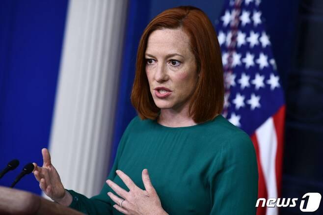 """젠 사키 백악관 대변인이 6일(현지시간) 워싱턴 백악관 브래디 룸에서 브리핑을 갖고 """"미국 시민들에게 백신 접종 증명서 소지를 요구하는 시스템은 도입하지 않을 방침""""이라고 밝히고 있다. © AFP=뉴스1 © News1 우동명 기자"""