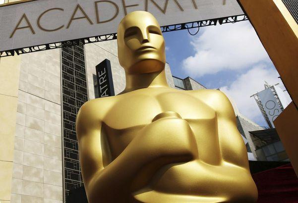 지난해 아카데미 시상식이 열린 미국 로스앤젤레스 돌비 극장 앞에 수상자에게 수여하는 오스카 트로피를 본딴 동상이 서있다./AP 연합뉴스