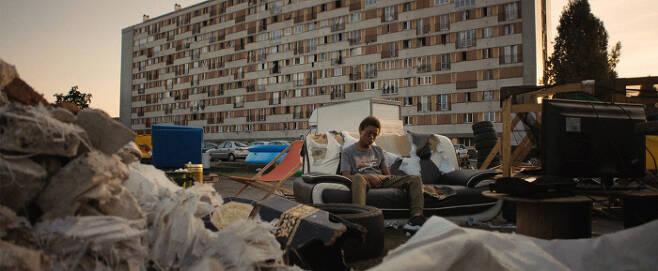 영화 <레미제라블>의 한 장면. 소년 이사는 경찰의 과잉진압으로 큰 부상을 당한다. | 영화사 진진 제공