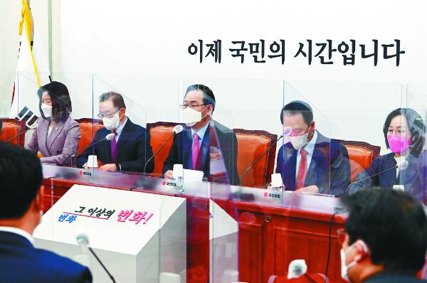 주호영(가운데) 국민의힘 당대표 권한대행이 12일 오전 국회에서 열린 비상대책위원회 회의에서 모두발언을 하고 있다. 국회사진기자단