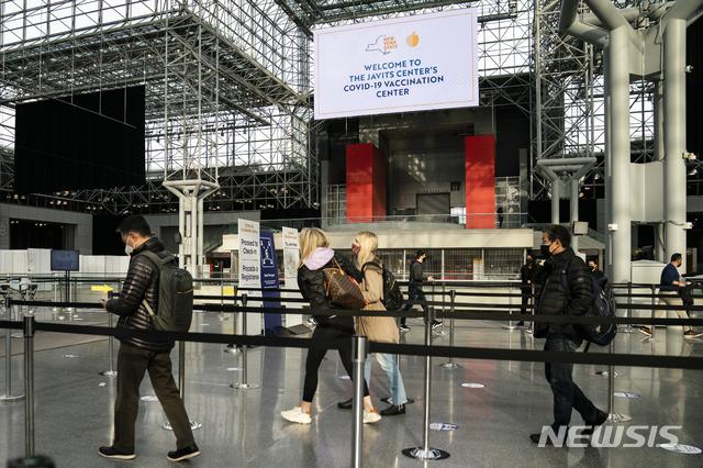 [뉴욕=AP/뉴시스] 지난달 31일(현지시간) 미국 뉴욕에 있는 제이컵 K. 재비츠 컨벤션 센터에 설치된 코로나19 백신 접종소에 도착한 사람들. 2021.04.13.