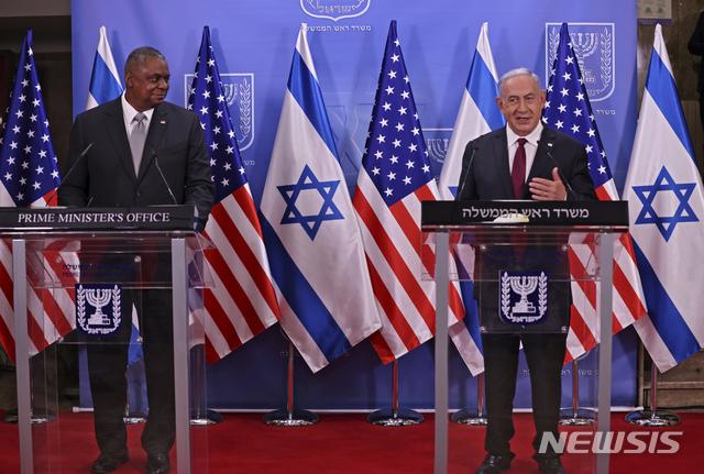 [예루살렘=AP/뉴시스]베냐민 네타냐후 이스라엘 총리(오른쪽)가 12일(현지시간) 로이드 오스틴 미국 국방부 장관을 면담 후 함께 기자회견을 가지고 있다. 2021.04.13.