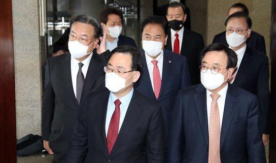 주호영 국민의힘 당대표 권한대행(왼쪽두번째)이 14일 국회에서 열린 '당대표 권한대행-중진의원 연석회의'에 참석하고 있다. 이날 비공개 회의에서는 일부 의원들 사이에서 당권 경쟁을 놓고 고성이 오갔다. 오종택 기자