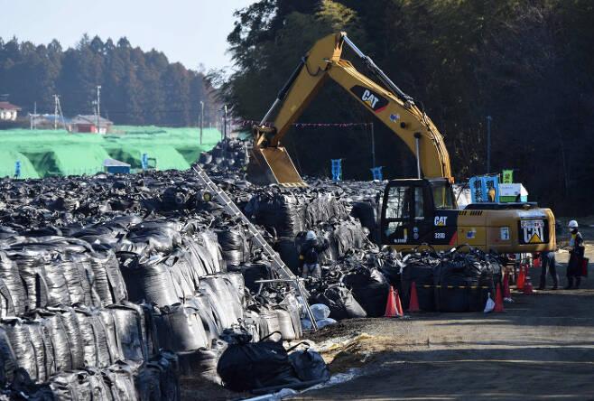 지난 2월 일본 후쿠시마 도미오카의 임시 야적장에 원자력발전소 주변 마을에서 수거된 방사능에 오염된 흙부대가 쌓여 있다. 도미오카   AFP연합뉴스