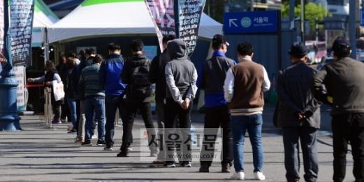 코로나19 '4차 유행'이 가시화된 가운데 14일 서울역 광장에 마련된 중구 임시선별진료소에서 시민들이 검체검사 순서를 기다리고 있다. 2021. 4. 14. 박윤슬 기자 seul@seoul.co.kr
