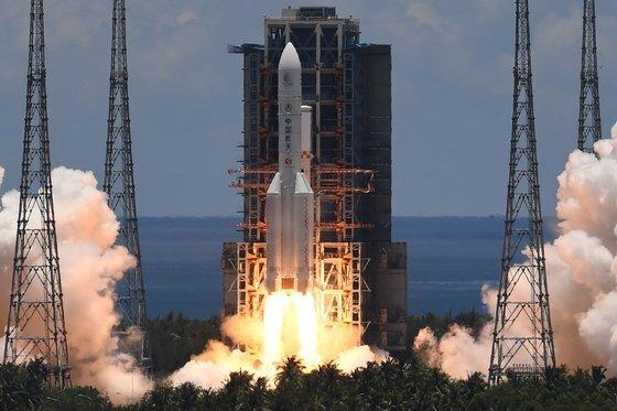 중국의 화성 탐사선 톈원1호를 운반할 창정-5 Y4 로켓이 지난해 7월 하이난성의 원창 우주발사장 발사대에서 이륙하고 있다. [AFP=연합뉴스]