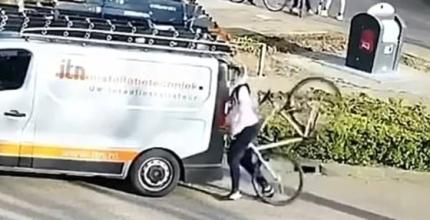 자전거를 탄 채로 스마트폰을 보다 승합차에 부딪힌 남성. / 사진=페이스북 캡처
