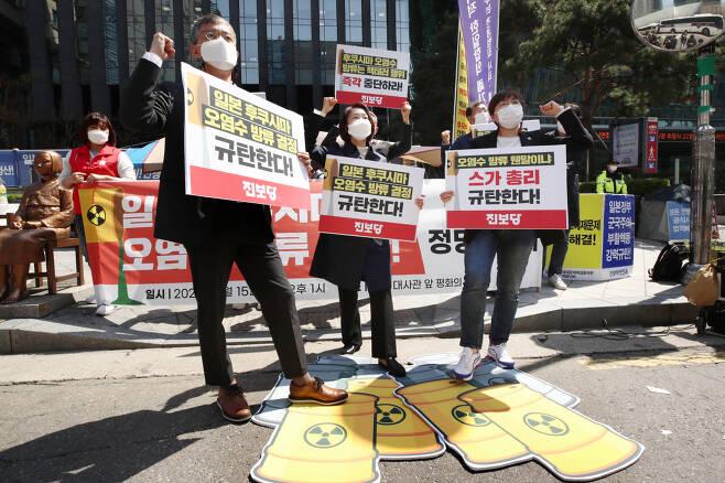 지난 15일 오후 서울 종로구 옛 일본대사관 앞에서 열린 '일본 후쿠시마 오염수 방류 규탄' 진보당 정당 연설회에서 김재연 상임대표 등 당원들이 폐기물 및 오염수 밟기 퍼포먼스를 하고 있다. [연합]
