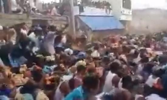 인도 안드라프라데시주의 한 시골 마을에서 많은 주민들이 모여 소똥싸움을 벌이며 축제를 즐기고 있다. [사진=인스타그램 캡처]