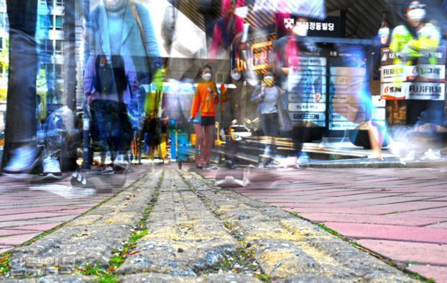 15일 서울 중구 서소문로 11길. '직진'을 뜻하는 선형 유도블록이 심하게 파손된 채 방치돼 있고, 그 위를 시민들이 지나치고 있다. 1시간 30분 동안 일정한 간격으로 반복 촬영한 뒤 레이어 합성했다.