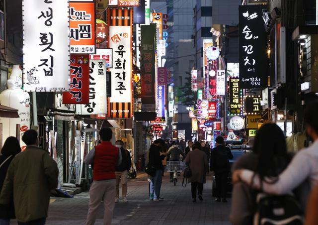 국내 신종 코로나바이러스 감염증(코로나19) 신규 확진자가 급증한 14일 시민들이 서울 종로구 종각젊음의거리를 걷고 있다. 연합뉴스
