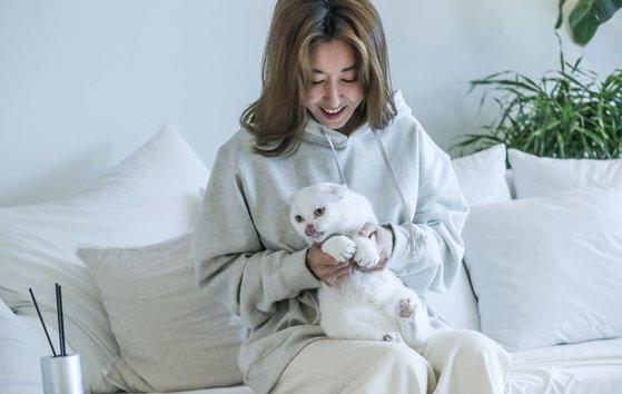 반려묘 흰둥이를 안고 춤을 추고 있는 '댄싱퀸' 김완선 씨. 김성룡 기자