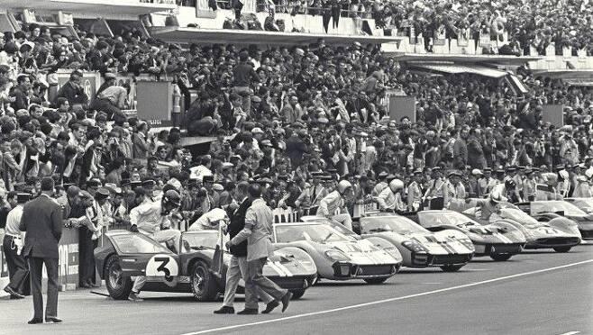 1966년 `르망 24시` 레이스가 시작되기 직전 모습. 참가 차량과 드라이버가 대기하고 있다.