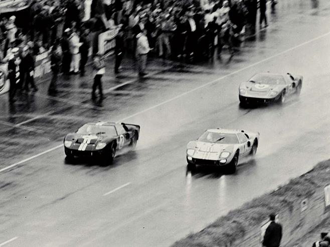 1966년 `르망 24시`에서 결승선을 통과하는 포드 GT40 3대가 나란히 질주하고 있다.