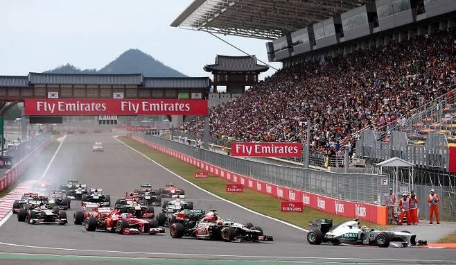 지난 2013년 10월 전남 영암군 코리아 인터내셔널 서킷(KIC)에서 열린 포뮬러 원(F1) 코리아 그랑프리 결승전에서 경주차들이 수많은 관객들이 지켜보는 가운데 질주하고 있다. /사진=연합뉴스