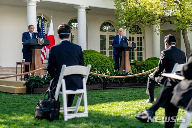 조 바이든(오른쪽) 미국 대통령과 스가 요시히데 일본 총리가 16일(현지시간) 백악관 집무실에서 정상 회담을 마치고 로즈가든으로 장소를 옮겨 공동 기자회견을 하고 있다. /사진=AP(뉴시스)