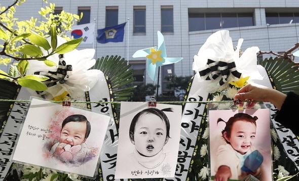 16개월 여아 '정인이'를 학대해 숨지게 한 혐의로 기소된 양부모에 대한 1심 결심공판이 열린 14일 오후 서울 양천구 남부지법 앞에 정인양의 생전 사진들이 걸려 있다. 뉴스1