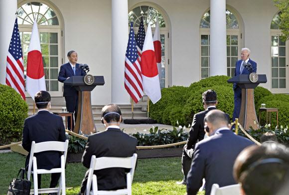 공동 기자회견 하는 스가-바이든 - 현지시간 16일 오후 조 바이든(오른쪽) 미국 대통령과 스가 요시히데 일본 총리가 미국 워싱턴DC 소재 백악관에서 정상회담을 한 후 공동 기자회견을 하고 있다. 2021.4.17 교도 연합뉴스