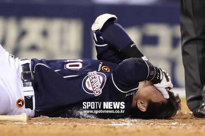 ▲ 두산 베어스 포수 박세혁이 LG 트윈스 투수 김대유의 공에 헬멧을 맞아 크게 다쳤다. ⓒ 잠실, 곽혜미 기자